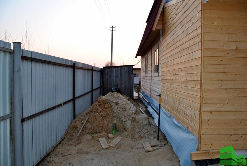 на каком расстоянии строят дом от забора