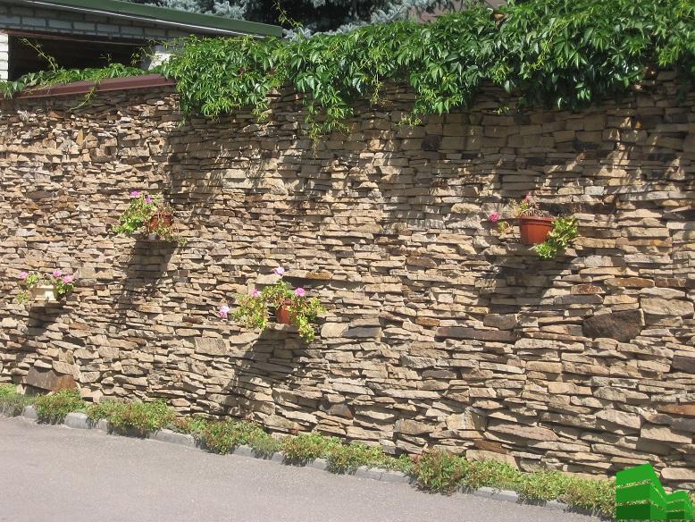 каменный забор из песчаника