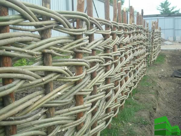 сплести забор из прутьев своими руками
