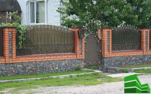 Заборы из поликарбоната и камня