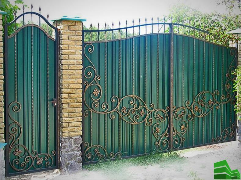 как строят забор из профнастила